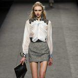 Falda plateada y blusa blanca de Ion Fiz en su colección otoño/invierno en la Mercedes Benz Fashion Week Madrid