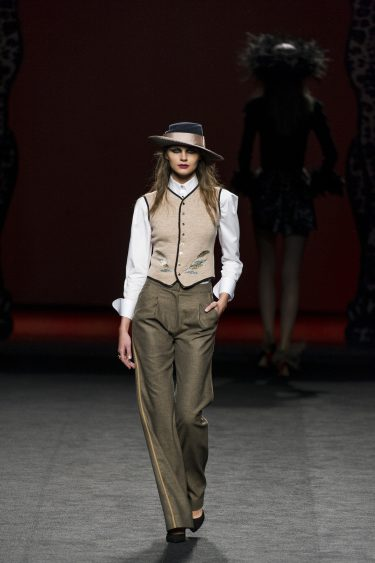 Conjunto estilo Gatsby con chaleco y pantalón de Ion Fiz en su colección otoño/invierno en la Mercedes Benz Fashion Week Madrid