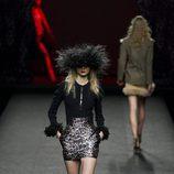 Conjunto falda y jersey de puño de pluma de Ion Fiz en su colección otoño/invierno en la Mercedes Benz Fashion Week Madrid