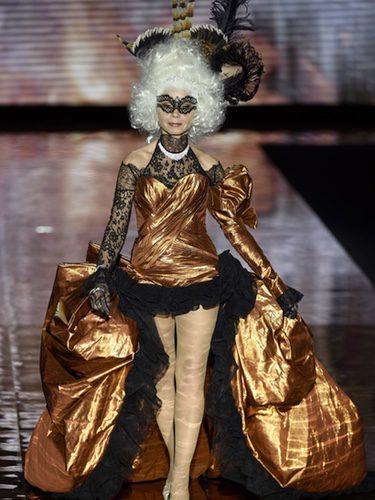 Victoria Abril cerrando el desfile de Andrés Sardá en Madrid Fashion Week otoño/invierno 2017/2018