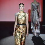 Vestido de raso color avellana con estampado floral de Hannibal Laguna de la colección otoño/invierno 2017/2018 en Madrid Fashion Week