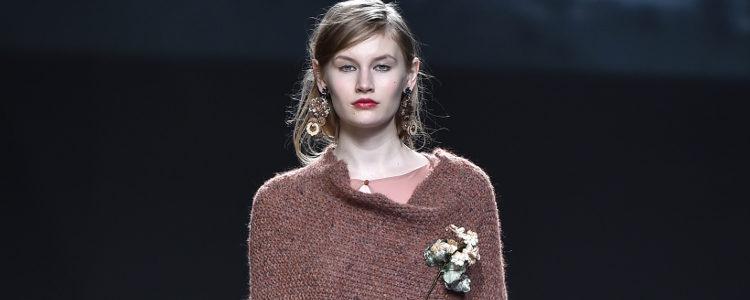 Vestido y chal rosa de Ailanto de la colección otoño/invierno 2017/2018 para Madrid Fashion Week