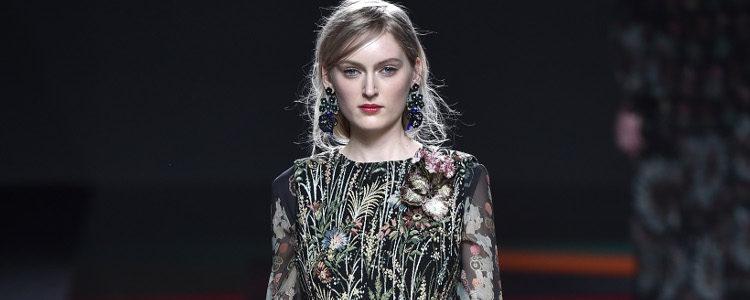 Vestido negro estampado de flores de Ailanto de la colección otoño/invierno 2017/2018 presentada en Madrid Fashion Week