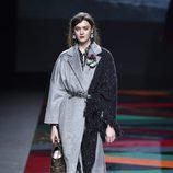 Abrigo gris y chal de punto de de Ailanto de la colección otoño/invierno 2017/2018 para Madrid Fashion Week