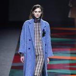 Vestido de cuadros y abrigo azul de Ailanto de la colección otoño/invierno 2017/2018 para Madrid Fashion Week