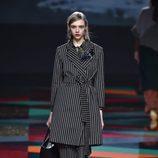 Gabardina y pantalón negro a rayas de Ailanto de la colección otoño/invierno 2017/2018 para Madrid Fashion Week