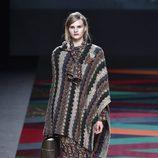 Chal de punto y pantalón estampado de Ailanto de la colección otoño/invierno 2017/2018 para Madrid Fashion Week