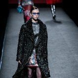 Blusa con estampados y falda glitter de Custo Barcelona en su colección otoño/invierno 2017/2018 para Madrid Fashion Week