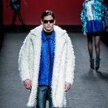 Conjunto azul de camisa y abrigoblanco Custo Barcelona en su colección otoño/invierno 2017/2018 para Madrid Fashion Week