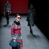 Vestido midi en rojo con print geométrico de Custo Barcelona en su colección otoño/invierno 2017/2018 para Madrid Fashion Week