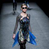 Vestido midien azul con lentejuelas de Custo Barcelona en su colección otoño/invierno 2017/2018 para Madrid Fashion Week