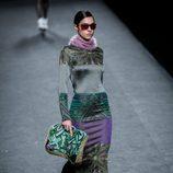 Vestido en morado y print geométrico de Custo Barcelona en su colección otoño/invierno 2017/2018 para Madrid Fashion Week