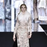 Judit Mascó desfilando para Duyos otoño/invierno 2017/2018 en la Madrid Fashion Week