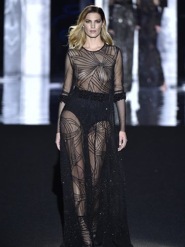 Laura Sánchez con un vestido de transparencias de Duyos otoño/invierno 2017/2018 en la Madrid Fashion Week