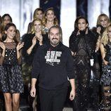 Juan Duyos rodeado de sus musas en el desfile de su firma otoño/invierno 2017/2018 en la Madrid Fashion Week