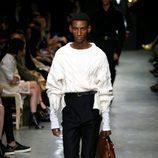 Pantalón negro y camisa blanca de Burberry en su colección otoño/invierno 2017/2018 en London Fashion Week