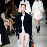 Vestido largo con transparencias y bordados de Burberry en su colección otoño/invierno 2017/2018 en London Fashion Week