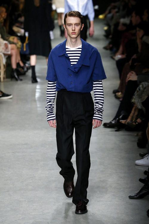 Pantalón azul klein y camiseta de rayas marineras de Burberry en su colección otoño/invierno 2017/2018 en London Fashion Week