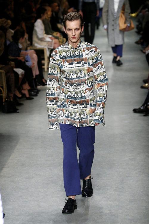 Pantalón y camisa larga estampada de Burberry en su colección otoño/invierno 2017/2018 en London Fashion Week