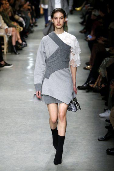 Vestido con superposición en gris de Burberry en su colección otoño/invierno 2017/2018 en London Fashion Week