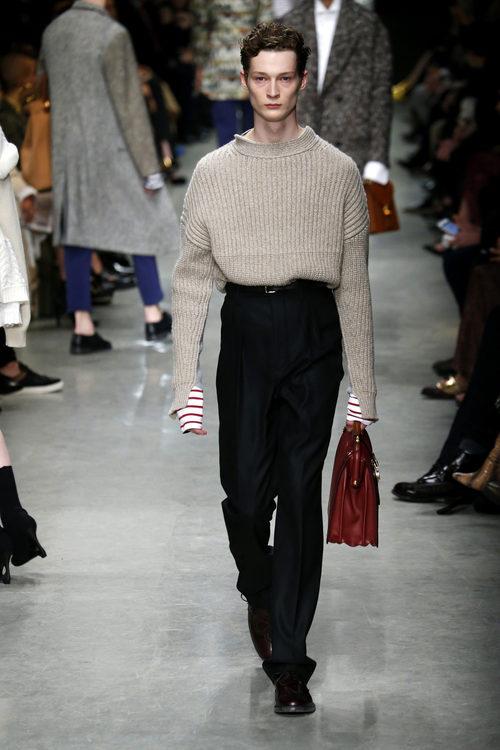 Jersey oversize y pantalón recto de Burberry en su colección otoño/invierno 2017/2018 en London Fashion Week