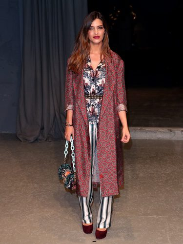 Sara Carbonero con un look pijamero en el desfile de Burberry en la London Fashion Week