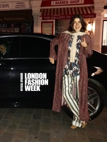 Leandra Medine ('The Man Repeller') vestida de Burberry en el desfile de la firma en la London Fashion Week