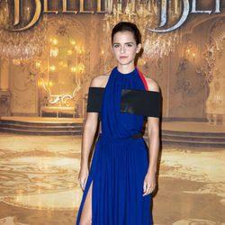 Emma Watson con un look asimétrico en la presentación de la película 'La Bella y la Bestia' en Francia