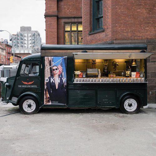 Food Truck con la cara de Bella Hadid en la campaña primavera/verano 2017 de DKNY