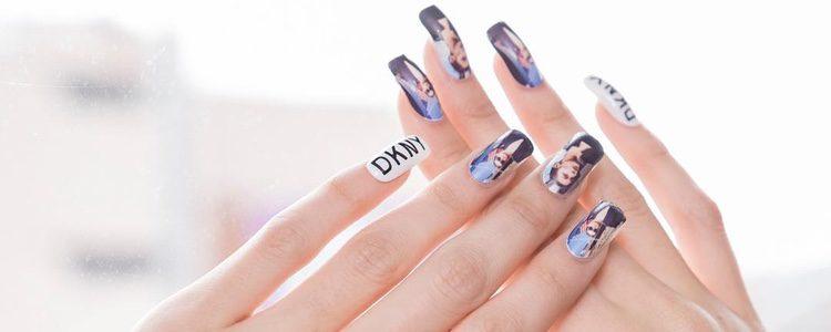 Manicura con la imagen de Bella Hadid en la campaña primavera/verano 2017 de DKNY