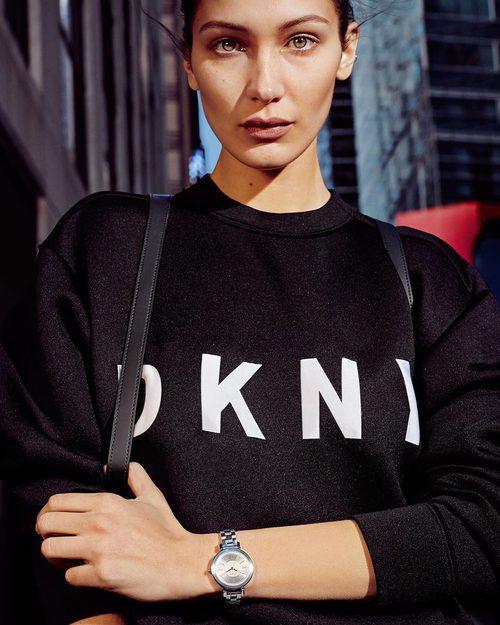 Bella Hadid con un jersey de lana de la campaña primavera/verano 2017 de DKNY