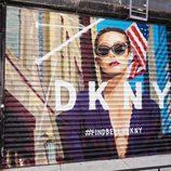 Cierre de tienda con la imagen de Bella Hadid de la campaña primavera/verano 2017 de DKNY