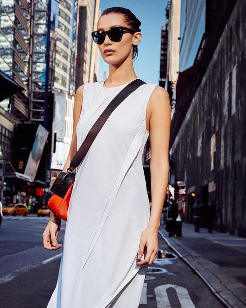 Bella Hadid con un vestido blanco en la campaña primavera/verano 2017 de DKNY