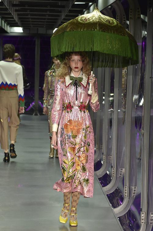 Vestido rosa brillante de Gucci otoño/invierno 2017/208 en la Milán Fashion Week