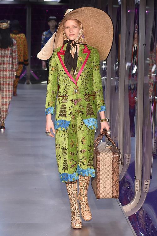 Traje verde floral de Gucci otoño/invierno 2017/2018 en la Milán Fashion Week
