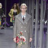 Abrigo gris largo de Gucci otoño/invierno 2017/2018 en la Milán Fashion Week