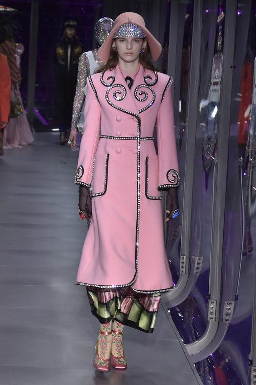 Abrigo rosa cuarzo de Gucci otoño/invierno 2017/2018 en la Milán Fashion Week