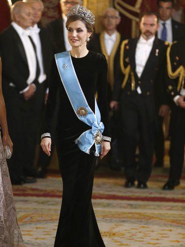 La Reina Letizia vestida de Felipe Varela en la cena de honor al Presidente de la República Argentina
