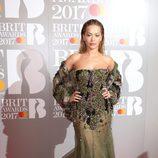 Rita Ora con un vestido verde con pedrería en los BRIT Awards 2017