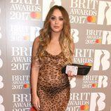 Charlotte Crosby con un vestido de leopardo en los BRIT Awards 2017