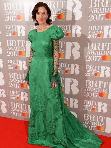Eliza Cummings con un vestido verde en los BRIT Awards 2017