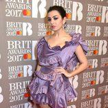 Charli XCX con un vestido lila en los BRIT Awards 2017