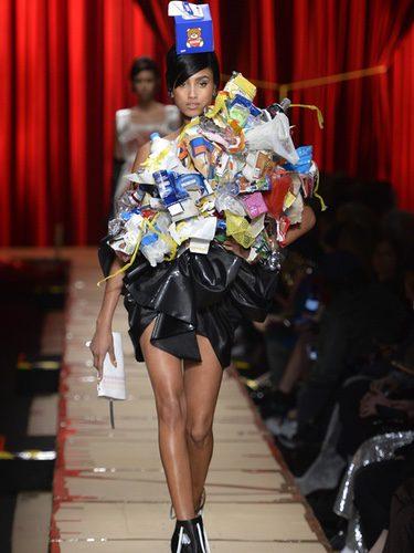 Top de reciclaje de Moschino otoño/invierno 2017/2018 en la Milán Fashion Week