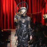 Vestido negro con flecos de Moschino otoño/invierno 2017/2018 en la Milán Fashion Week