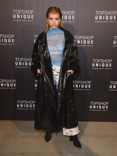 Sofia Richie con un abrigo negro en el desfile de Topshop en la London Fashion Week