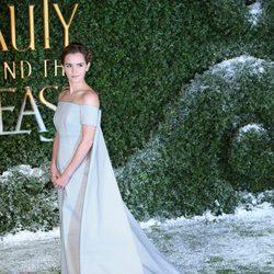 Emma Watson con un vestido con capa en la premiere de 'La Bella y la Bestia' en Londres