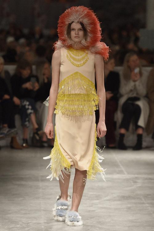Vestido con plumas de Prada otoño/invierno 2017/2018 en la Milán Fashion Week