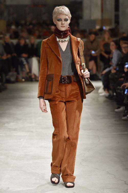Traje de chaqueta marrón de Prada otoño/invierno 2017/2018 en la Milán Fashion Week
