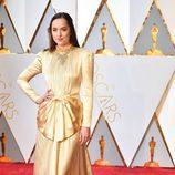 Dakota Johnson vestida de Gucci en la alfombra roja de los Premios Oscar 2017