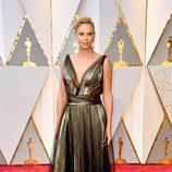 Charlize Theron con un look metalizado en los Premios Oscar 2017